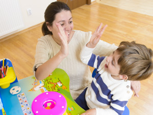 Cómo usar el elogio para aumentar la autoestima de su niño