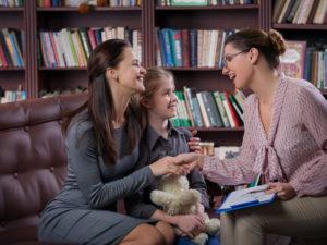 Cómo Abordar el Tema Positivamente con los Padres Cuyos Niños Están Teniendo Dificultades en la Escuela