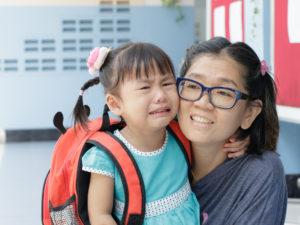 Consejos para manejar los berrinches cuando su niño o niña no quiere quedarse en la escuela