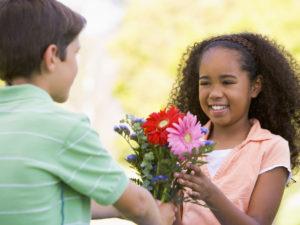Enseñe a los niños a realizar actos espontáneos de bondad